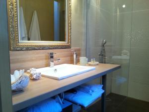 Les Chambres de l'Abbaye, Bed and Breakfasts  Marseille - big - 28