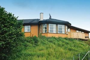 Five-Bedroom Holiday home in Auklandshamn 1 - Hotel - Vestvik