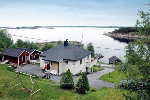 Two-Bedroom Holiday home in Midsund