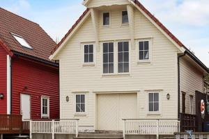 Two-Bedroom Holiday home in Rubbestadneset 4