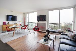 Buttes Chaumont Apartment View, Париж