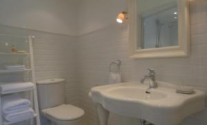 Chambres d'Hôtes La Pommetier, Bed & Breakfasts  Arromanches-les-Bains - big - 9