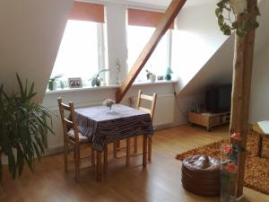 ZV2001 Private Apartments & Rooms near Exhibition Ground (room a
