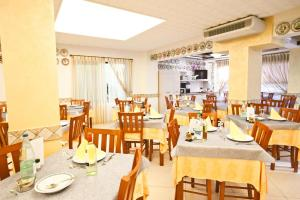 Hotel Dolcevita, Hotely  Cesenatico - big - 57