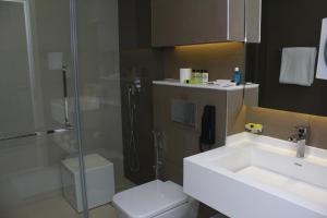 Handicapvenligt værelse med kingsize-seng og roll in-bruser