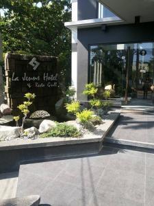 La Jenns Hotel and Resto Grill