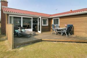 Three-Bedroom Holiday Home Vesten with a Sauna 06, Case vacanze  Sønderho - big - 10
