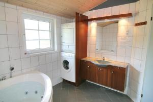 Three-Bedroom Holiday Home Vesten with a Sauna 06, Case vacanze  Sønderho - big - 14