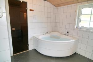 Three-Bedroom Holiday Home Vesten with a Sauna 06, Case vacanze  Sønderho - big - 13