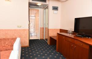 Hotel Glam, Отели  Скопье - big - 8