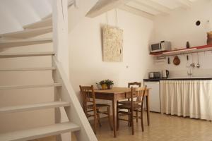 La petite maison d'à côté, Ferienhäuser  Saint-Aignan - big - 1