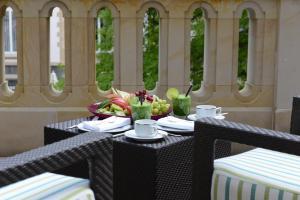 Rom Deluxe med terrasse og hageutsikt