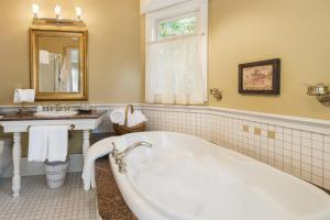 ThistleDown House, Bed and Breakfasts  North Vancouver - big - 3