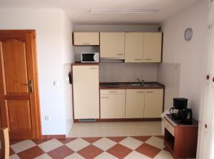 Zora's Apartments, Апартаменты  Малинска - big - 14