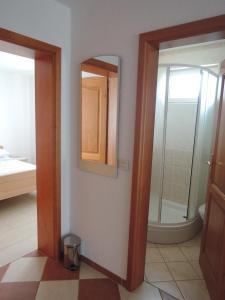 Zora's Apartments, Апартаменты  Малинска - big - 6