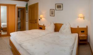 Kreuzhof, Bed and breakfasts  Seefeld in Tirol - big - 9