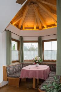 Kreuzhof, Bed and breakfasts  Seefeld in Tirol - big - 17