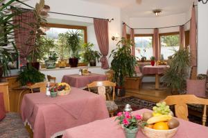 Kreuzhof, Bed and breakfasts  Seefeld in Tirol - big - 41