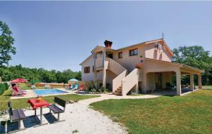 Holiday home Tinjan 31 with Outdoor Swimmingpool