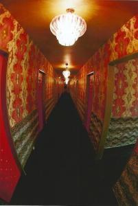 Dvoulůžkový pokoj s manželskou postelí a společnou koupelnou