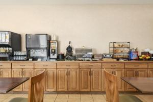 Country Inn & Suites by Radisson, Peoria North, IL, Hotels  Peoria - big - 13