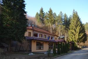 Motel Stovrela, Казин