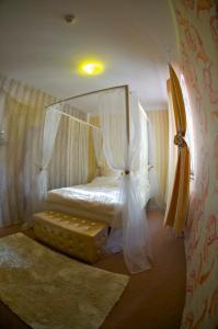 Dvoulůžkový pokoj s manželskou postelí a sprchou