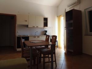 Apartment House Nono, Apartmány  Povljana - big - 40