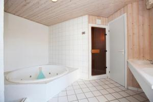 Ho Three-Bedroom Apartment 01, Ferienparks  Blåvand - big - 23