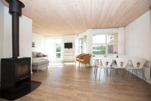 Ho Three-Bedroom Apartment 01, Ferienparks  Blåvand - big - 44