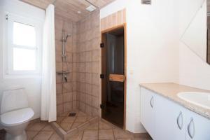 Ho Three-Bedroom Apartment 01, Ferienparks  Blåvand - big - 42
