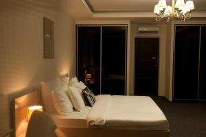 Отель October Riverside Inn - фото 25