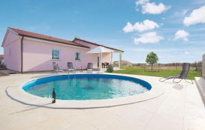 Three-Bedroom Holiday home Marcana with an Outdoor Swimming Pool 05