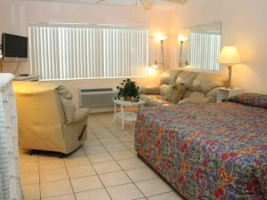 #227 At Surf Song Resort, Apartments  St Pete Beach - big - 4