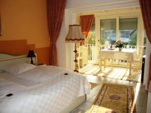 Dvoulůžkový pokoj s manželskou postelí a zimní zahradou