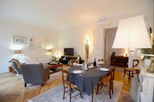 Squarebreak - Apartment betweenThe Eiffel Tower and The Champs Elysees, Париж