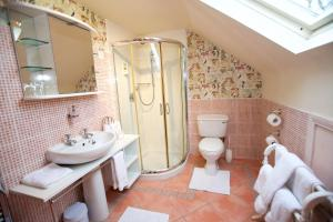 Bathroom Abocurragh Farmhouse Bed and Breakfast