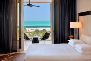Zimmer mit Kingsize-Bett und Meerblick