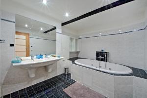 Charles Square Duplex Apartment, Ferienwohnungen  Prag - big - 17