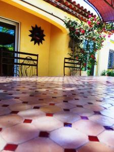 Aux Amandiers, Bed and Breakfasts  Fréjus - big - 17