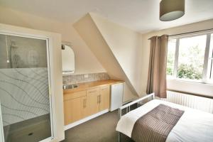 Hatherley Studio Lets by RoomsBooked
