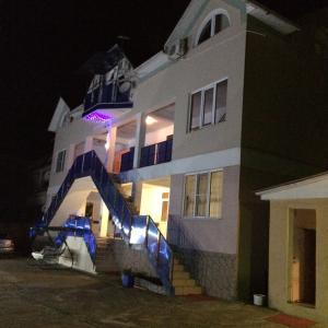 Отель Белый парус, Лоо