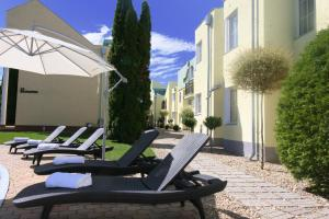 Piscina Hideaway Premium Apartments