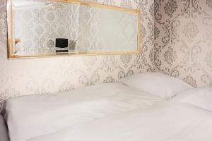 Levný dvoulůžkový pokoj s manželskou postelí
