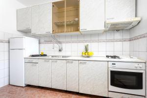 Holiday Home Iris, Apartments  Marina - big - 26