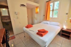 Santorini Camping / Rooms (Fira)