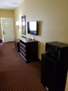 Econo Lodge Inn and Suites, Отели  Брайант - big - 29