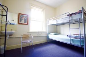 Кровать в общем четырехместном номере для мужчин и женщин
