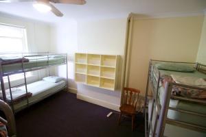 Спальное место на двухъярусной кровати в общем номере для мужчин и женщин