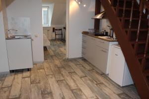 Three-Bedroom Apartment on Peldu 19, Apartmanok  Riga - big - 13